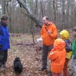 Martin Beeskow zeigt ein Ziel im Saarmunder Wald, das im Sport GEOfishing unterwegs ist.
